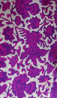 Zartfließender Seidenschal in Violett mit Pink und Weiss