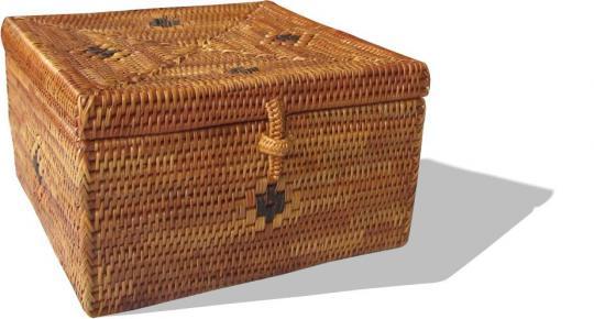 Kleine quadratische Schmuckbox mit eingewebtem schwarzen Muster